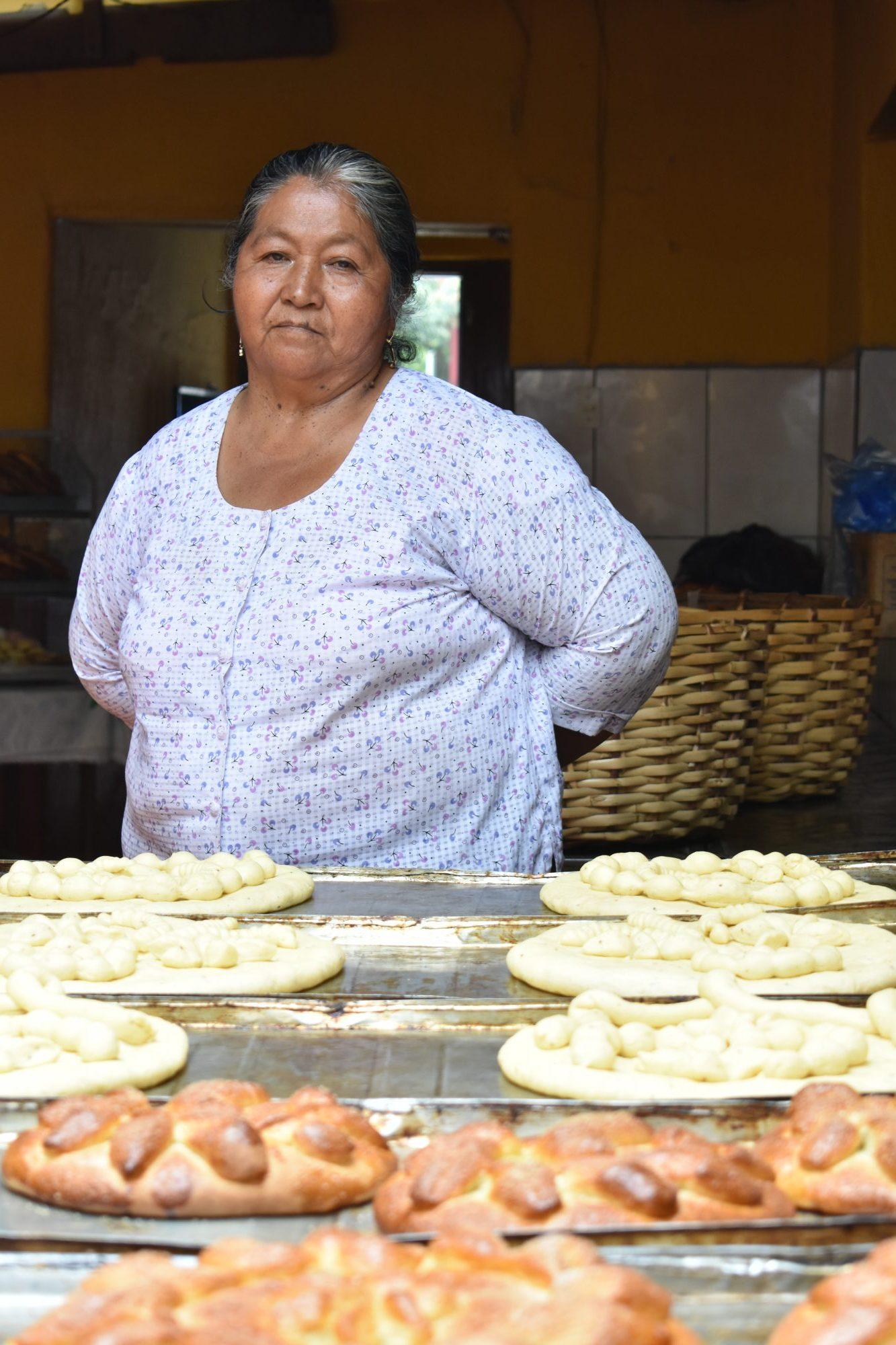 Celia junto a los productos que elabora con su receta casera (Fotografía: Verdad con Tinta)