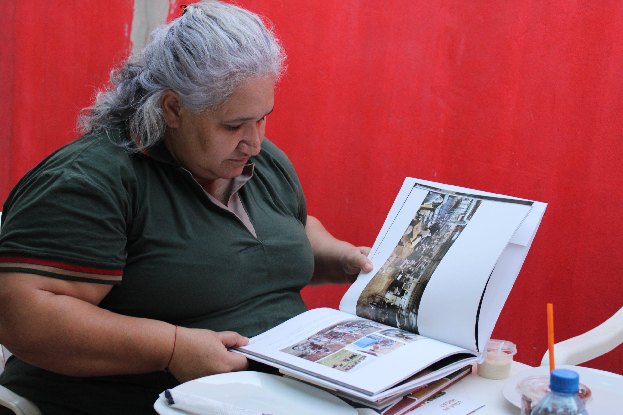 Alcaldesa Ana Lucía Reis revisó con mucho agrado todas las publicaciones realizadas por MIGA .